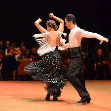 ダンスする  例文(1)  Le encanta bailar a mi hija.