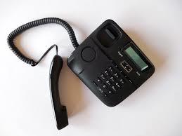電話を取り次ぐ  例文(1)  Espere un momento, por favor.
