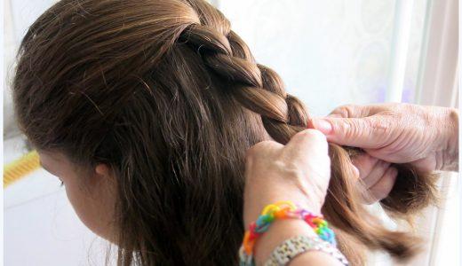 髪型に関する表現  例文(3) Hazme una trensa, por favor.