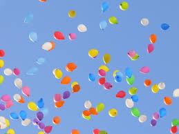空を飛ぶ表現  例文(2)  Un globo esta flotando en el aire.