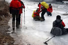 転んだ時の表現  例文(1)  Ella se cayo en el hielo.