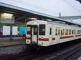 遅刻した時の表現  例文(2)  El tren ha llegado con retraso.