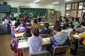 遅刻した時の表現  例文(3)  El se retrasa siempre en la escuela.