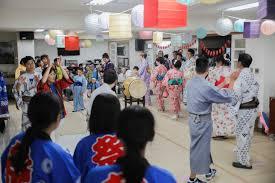 交換する  例文(2)  Disfrutamos el intercambio cultural.